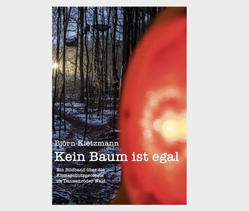 <span style='color: #3c3c3c;'>Björn Kietzmann</span> <br><span style='font-style: italic; font-weight: bold;'>Kein Baum ist egal – Ein Bildband über die Klimaschutzproteste am Dannenröder Wald</span>