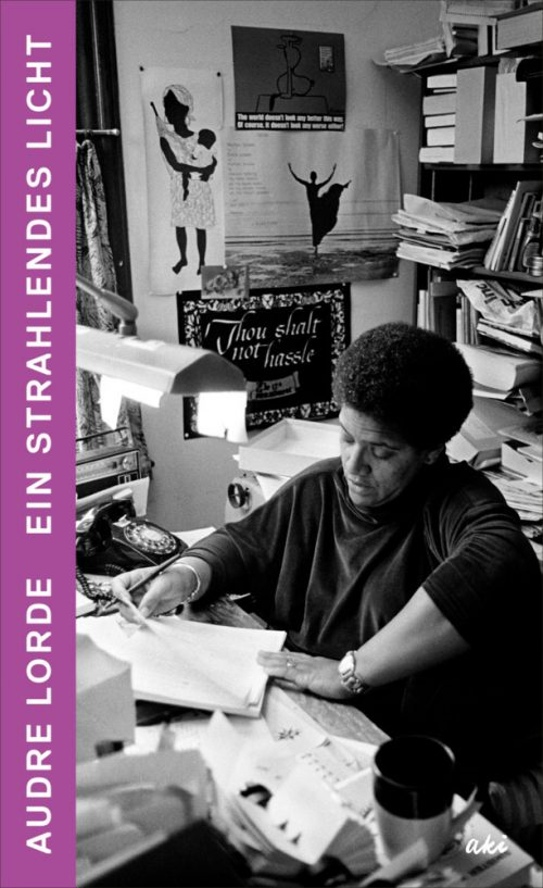 <span style='color: #3c3c3c;'>Audre Lorde</span> <br><span style='font-style: italic; font-weight: bold;'>Ein strahlendes Licht</span>
